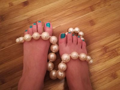 green nails and white pearls